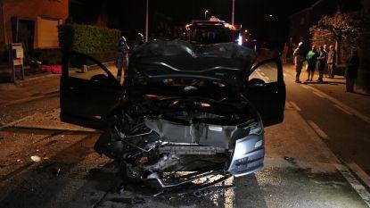 Bestuurder Audi A6 crasht met hoge snelheid tegen geparkeerde bestelwagen