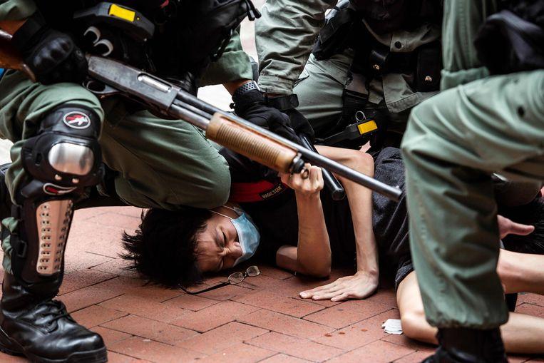 De politie in Hongkong arresteert een demonstrant die zich uitspreekt voor de autonomie van Hongkong, mei van dit jaar. Beeld AFP