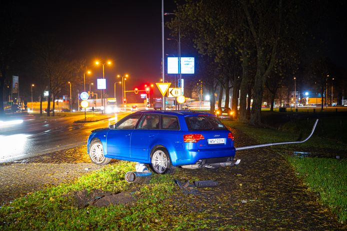De vluchtauto crashte nabij de A28 bij Nieuwleusen.