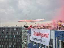 Deze deltavlieger springt van een gebouw af