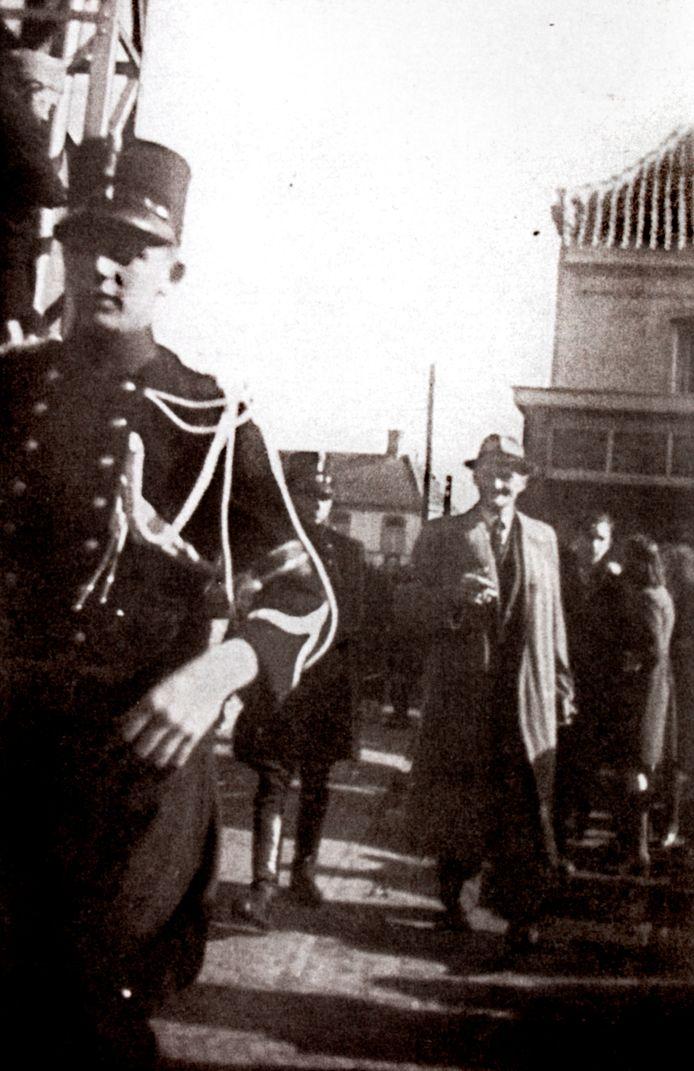 Arrestatie van Gérard Kuijpers, direct na de bevrijding van Hilvarenbeek. De foto is waarschijnlijk gemaakt door ingenieur Cees van Meel, het latere Tweede Kamerlid.