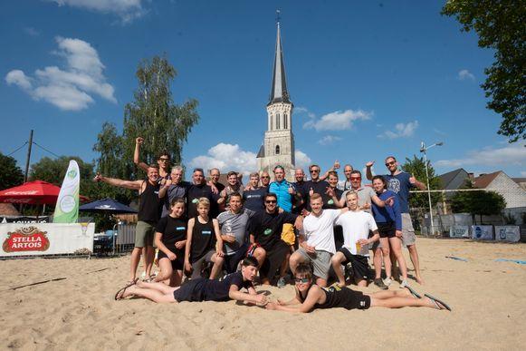 Volleybalclub Hellvoc maakt zich op voor z'n beachvolleybaltornooi.