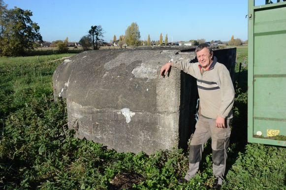 Luc Van Puymbroeck bij één van de resterende bunkers op zijn erf