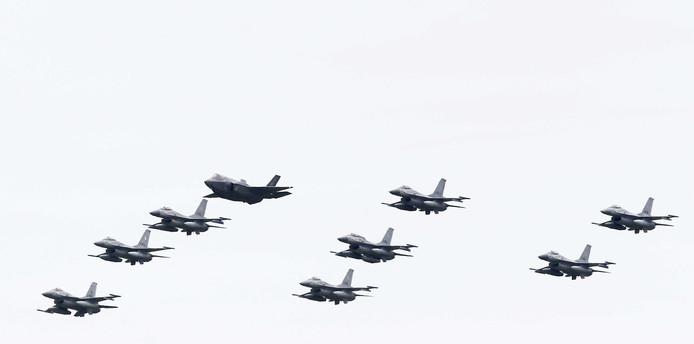 Een Joint Strike Fighter (JSF) F35 vliegt samen met F16's tijdens de Luchtmachtdagen op Vliegbasis Leeuwarden