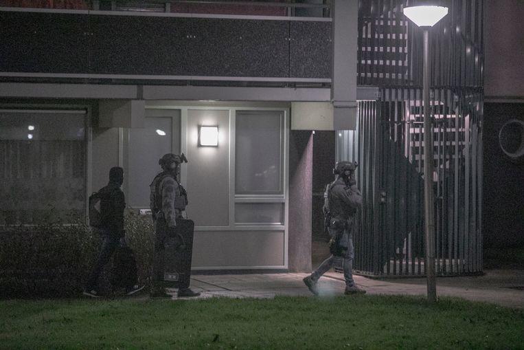 Politieagenten vielen een woning binnen in Vianen. Beeld ANP