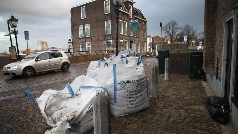 Zandzakken zijn klaargezet in het centrum van Dordrecht ter bescherming tegen de hoge waterstand, na de storm van afgelopen nacht. Beeld anp