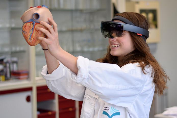 Emma van Rhee uit 5 havo heeft met de hololens een hart in 3d in de ruimte geprojecteerd en kunnen bekijken. Daarna ging het practicum, waarbij de leerlingen zelf een hart moesten opensnijden een stuk gemakkelijker.