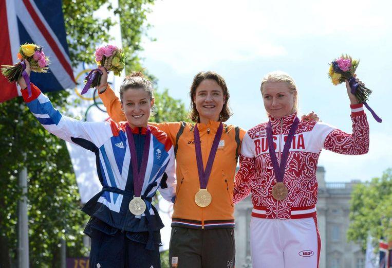 Olga Zabelinskaja, rechts naast Marianne Vos op het podium van de Olympische Spelen in 2012. Beeld pro shots