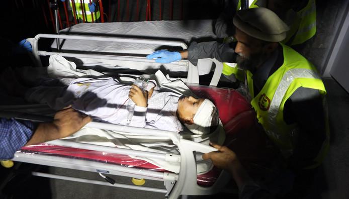 Un jeune blessé acheminé à l'hôpital à Kaboul après l'explosion dans une salle de mariage