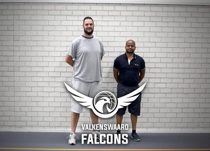 Kendell Mack, de nieuwe coach van Valkenswaard Falcons (rechts).