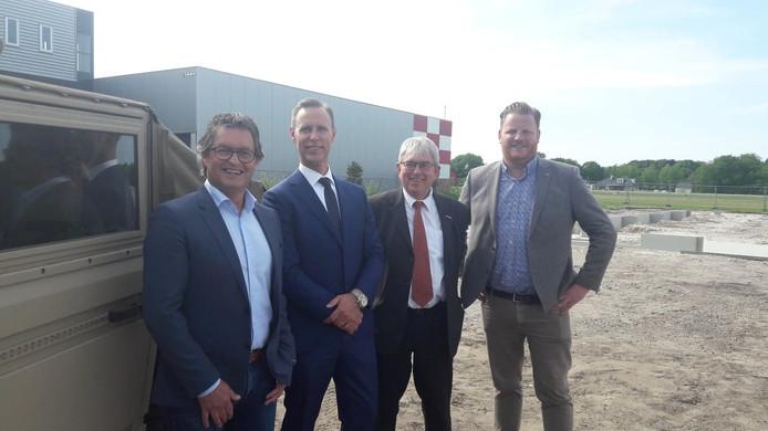 Vlnr wethouder Hans Wierikx, directeur Stef Have, luchthavenmeester Jan Voeten en wethouder Thomas Melisse