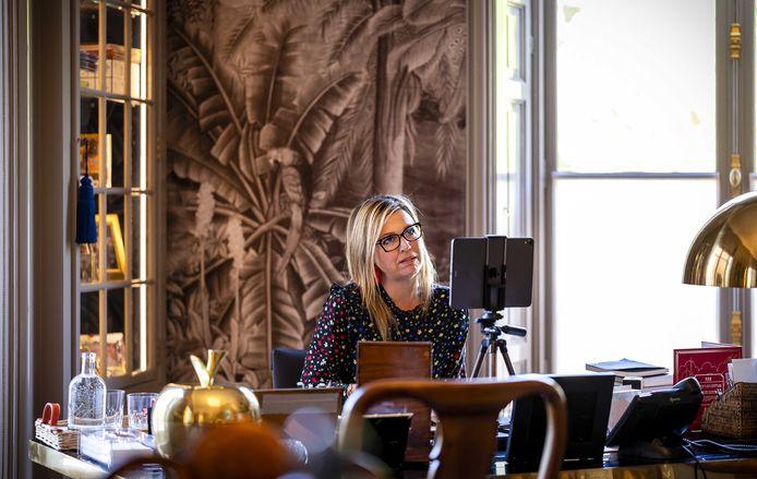 Koningin Maxima videobelt vanuit haar werkkamer in Paleis Huis ten Bosch.