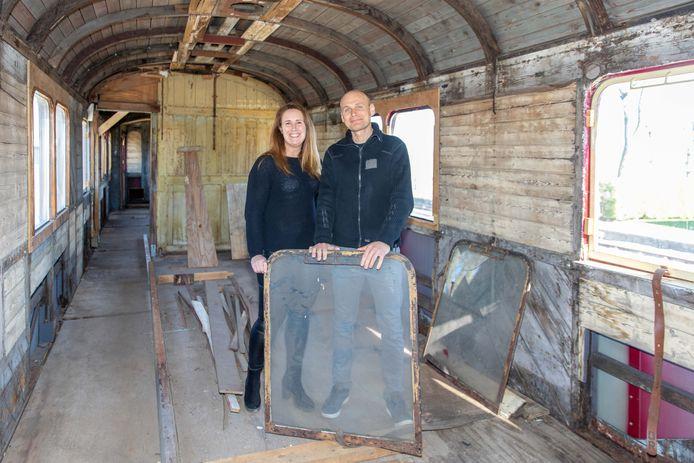 Marjo van 't Veer en Jos Toes wonen langs het spoor en gaan een oud treinstel ombouwen tot B&B.