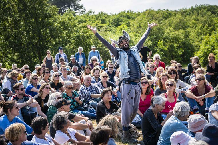 Optreden van George en Eran Producties  bij het duinmeertje van Hee tijdens de eerste dag van festival Oerol. Beeld ANP / Kees van de Veen