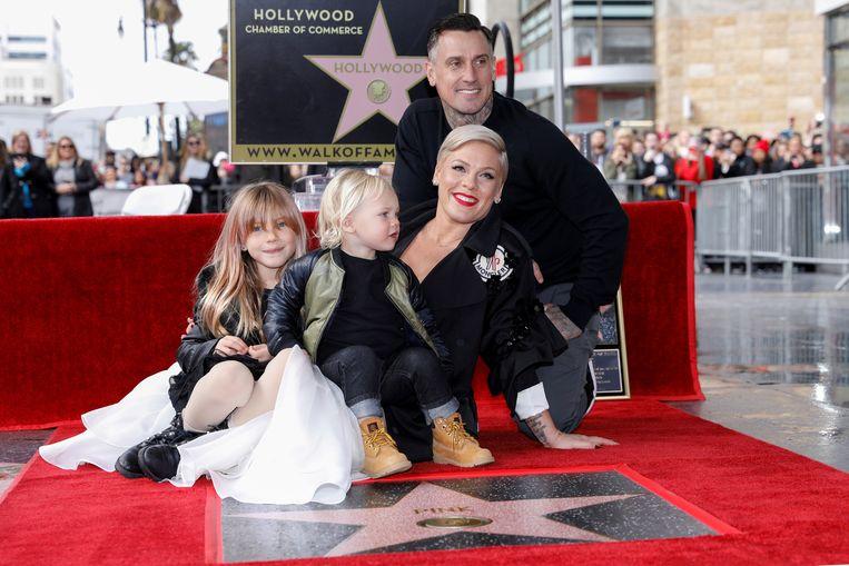 Pink met haar man Carey Hart en kinderen  Willow en Jameson bij haar ster op de Hollywood Walk of Fame in Los Angeles.  Beeld REUTERS