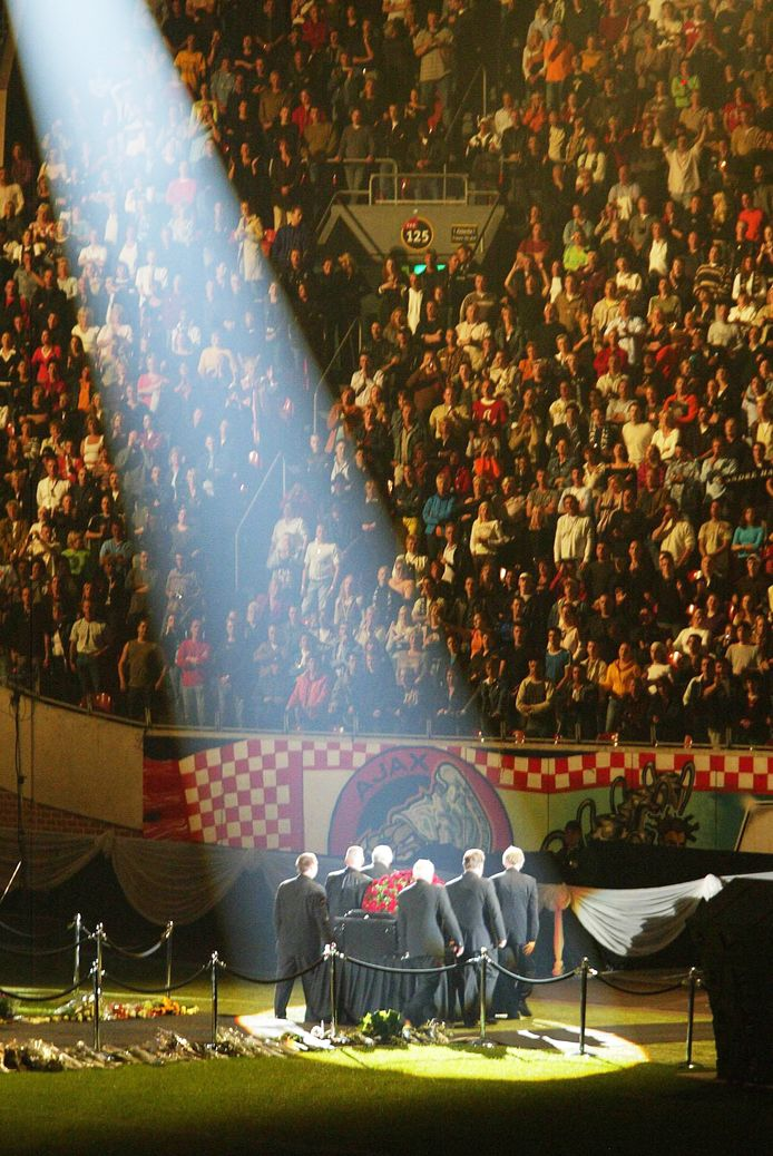 De massaal bezochte uitvaart van André Hazes in de Amsterdam ArenA in 2004.