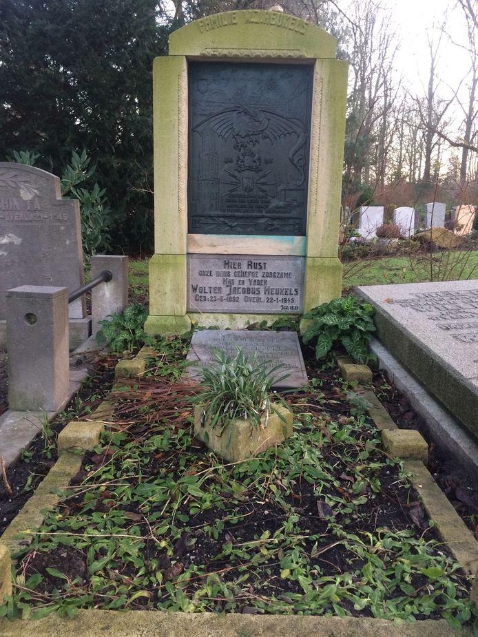 De grafsteen in de oude situatie, nog met het gewraakte SS-teken.