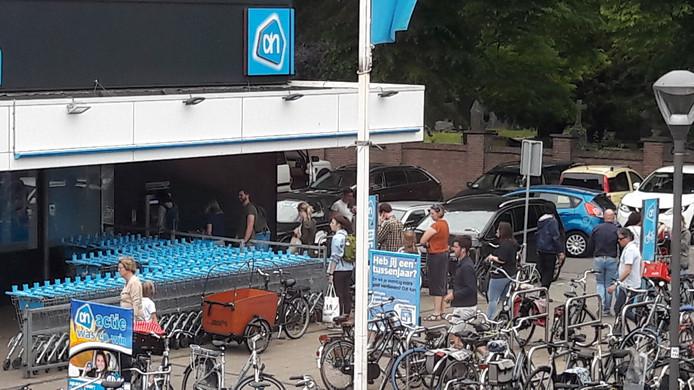 Lange rijen bij de pinautomaat bij de Albert Heijn aan de Daalseweg.