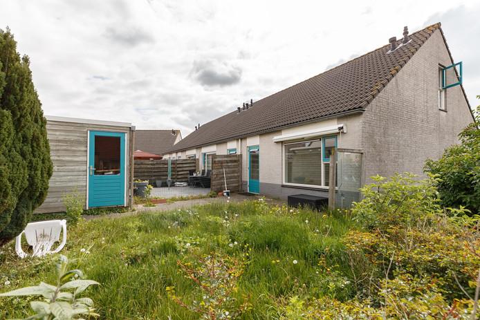 In de tuin groeit het onkruid, tuinstoelen liggen in een hoek, in een emmer staan verfspullen. Deze verpauperde woning aan het Gareel in Hasselt is de buurt een doorn in het oog.