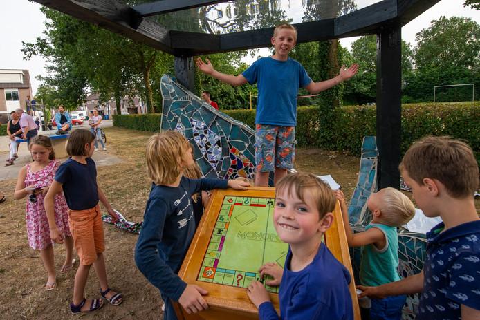Sebastiaan poseert trots in 'zijn' hut met andere buurkinderen op de voorgrond.
