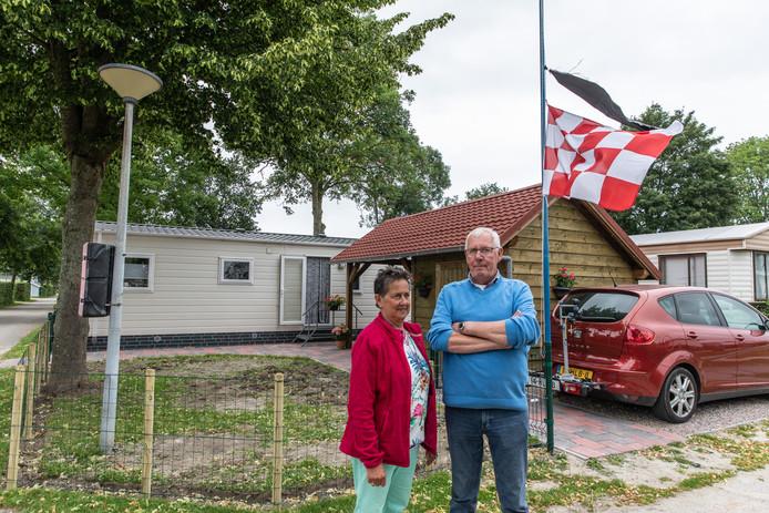 Peter en Ria van de Wouw, vaste gasten op de camping, hingen de vlag bij hun stacaravan deze week halfstok.