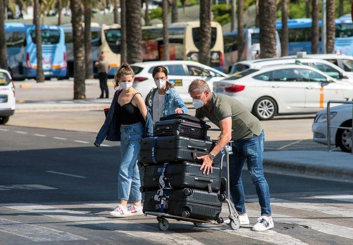 Des touristes viennent d'arriver à Palma de Majorque.