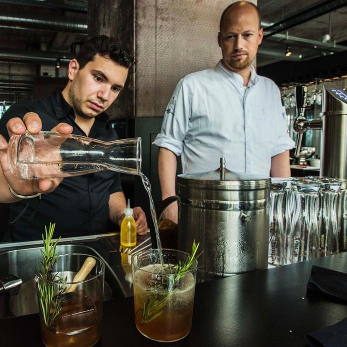 Chef-kok Wouter van Laarhoven (r) van Wynwood bekijkt de verrichtingen van barman Sergio Hernandez.
