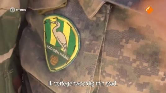 De 24-jarige Hagenaar laat zijn ADO-logo zien. Hij wordt verdacht van deelname aan de gewapende strijd in Syrië.   Koerden Syrië Syrische Strijder