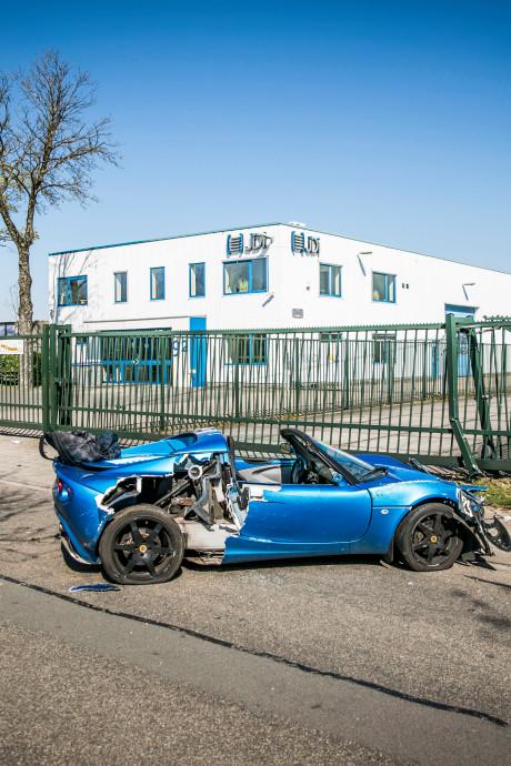 Automobilist crasht met sportwagen op industrieterrein in Dieren, vrouw naar ziekenhuis