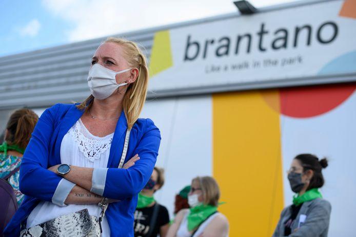 Quelques dizaines de travailleurs de la chaîne Brantano ont manifesté mardi devant le magasin de Champion (Namur).