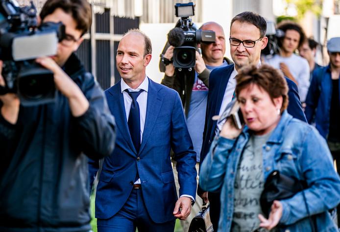 Advocaten Sander Janssen (L) en Robert Malewicz arriveren bij de zwaarbeveiligde Bunker voorafgaand aan de uitspraak in de strafzaak tegen Willem Holleeder, begin juli.