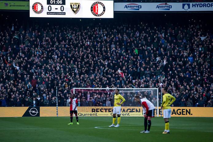 Feyenoord - VVV stopte zondag al na een minuut. De wedstrijd zal op donderdag 6 december worden ingehaald.