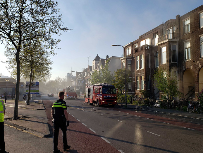 De brand vindt plaats aan de Oosterlaan, tegenover het station van Zwolle.