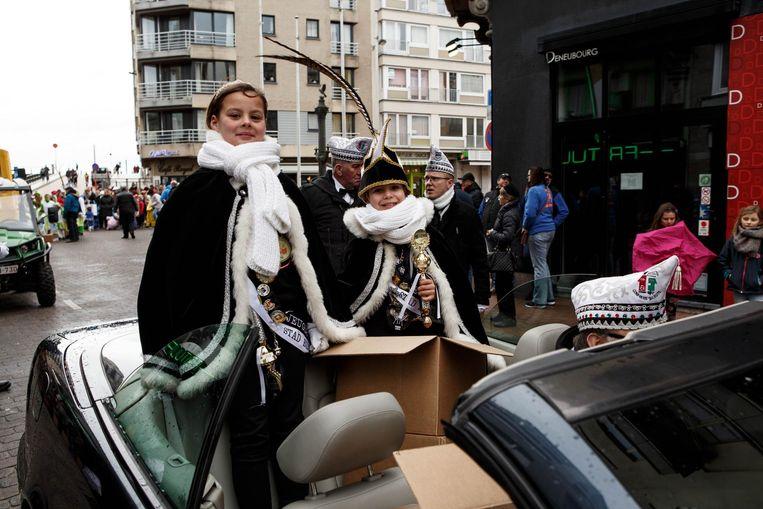 Prinses Jana Vangompelaere en prins Noah Decoster genoten van de rit in de koets.