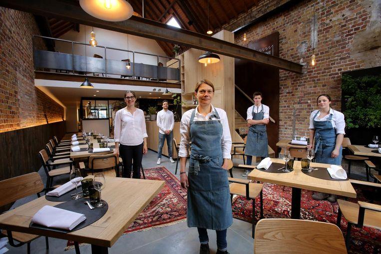 Chef-kok Karen Keygnaert (vooraan) met medewerkers Paivi, Lars, Simon en Eva.