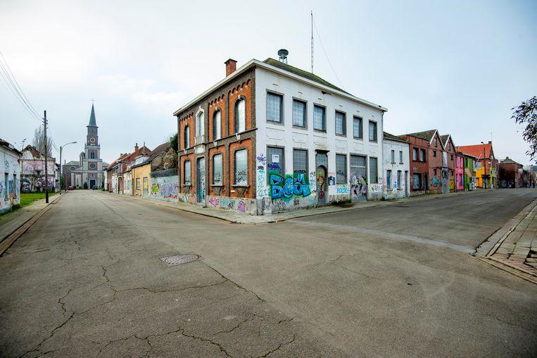 De straten in Doel worden gekenmerkt door vernieling, graffiti, dichtgetimmerde ramen en prikkeldraad. Het geheel heeft een bevreemdende schoonheid.