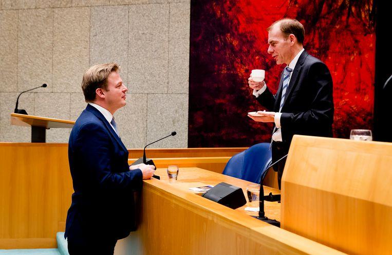 Pieter Omtzigt (links) praat met Menno Snel, staatssecretaris van financien. Beeld ANP