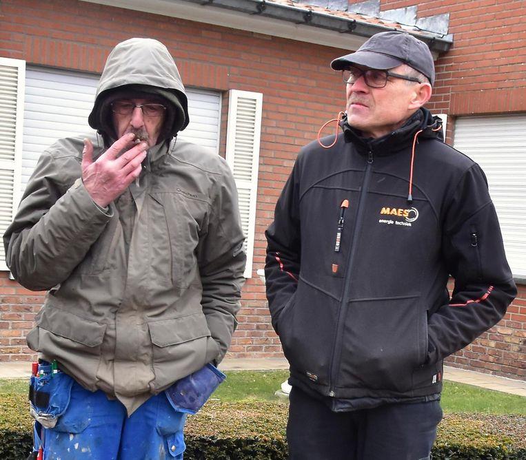 Patrick Derluyn (links), de oudste zoon van Nora, in gesprek met loodgieter Filip Maes.