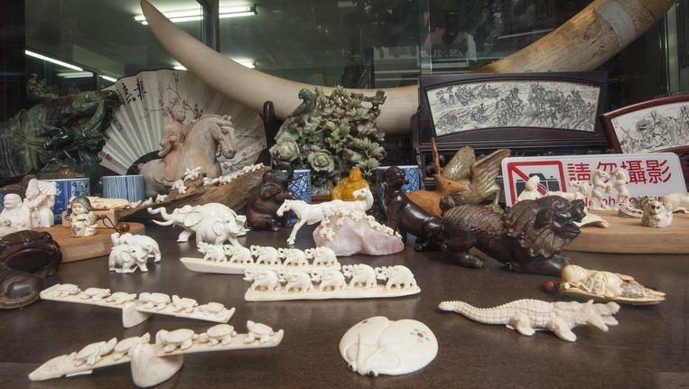 Ivoren beeldjes in een winkel in Hongkong. Beeld epa