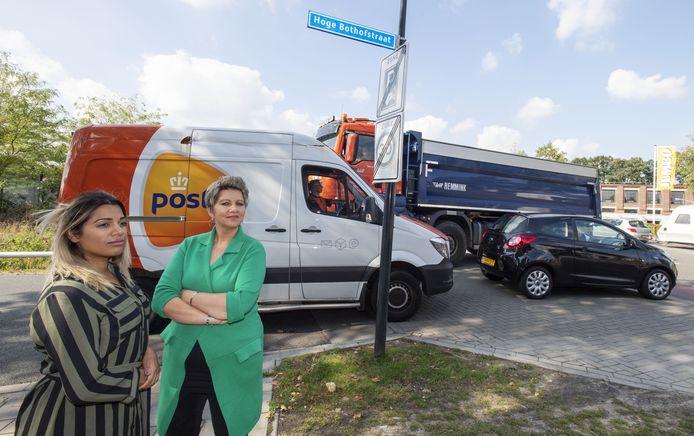 Mirjam Eilander (rechts) en Amber Doddema zijn een petitie gestart tegen de komst van een bus op de Hoge Bothofstraat en voor een andere inrichting van de weg. Ze vinden het nog steeds te onveilig. Fotobon-nummer: TT-2019-013166 EDITIE: EN FOTO: Frans Nikkels FN20190912