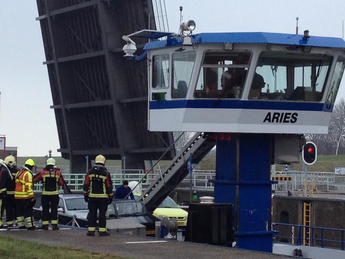 De brandweer gaat aan boord van het schip.