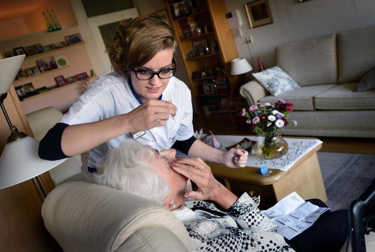 'Verpleeghuizen, verzorgingshuizen en thuiszorgorganisaties hebben te kampen met een groot tekort aan gediplomeerd verzorgend en verpleegkundig personeel.' Beeld Marcel van den Bergh