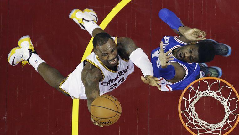 LeBron James van de Cleveland Cavaliers (L) scoor over Nerlens Noel van de Philadephia 76'ers. Beeld ap