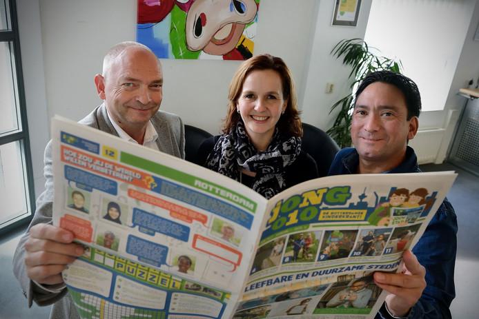 Initiatiefnemers Ton van der Zouwen, Petrelle Tomassen en Richard Loomans van de kinderkrant in Roosendaal. In hun handen de Rotterdamse variant die als voorbeeld dienst voor Roosendaal.