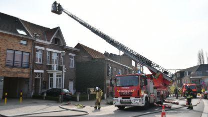Brand vernielt bovenverdieping van woning, zoon bevangen door rook naar ziekenhuis