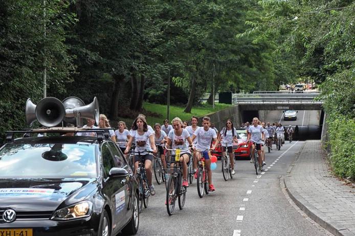 De Kleine Tour komt hier over de Balsedreef in Bergen op Zoom. Vandaag fietsen de deelnemers op de laatste dag naar Nieuw-Vossemeer en terug naar Steenbergen.