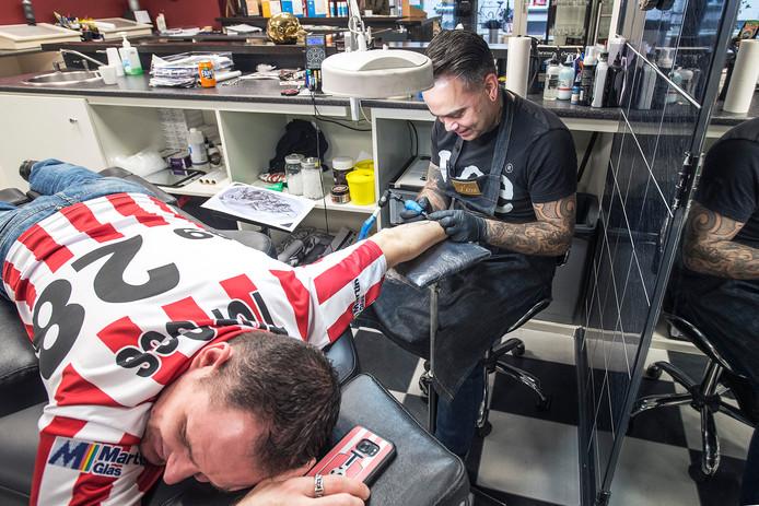 Marc van Griensven laat een tattoo zetten door Eric Borst.