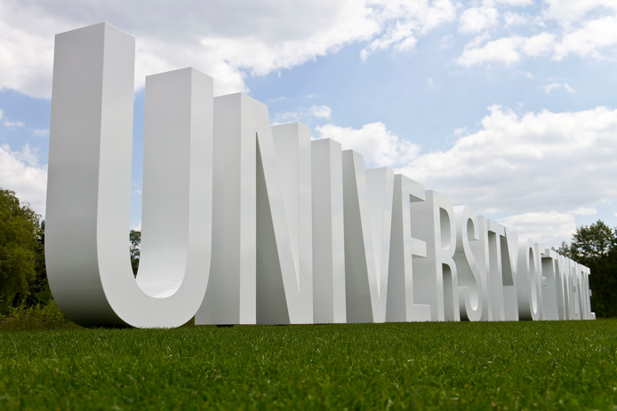 Kunstwerk van letters bij de Universiteit Twente, of 'university' zoals ze zichzelf graag noemen.