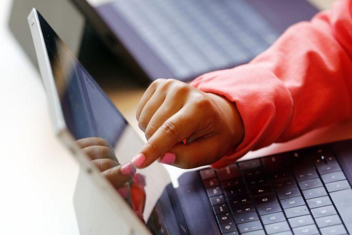 Als scholen door een gebrek aan leraren of leerlingen de deuren dicht moeten doen, kan het onderwijs bijvoorbeeld digitaal wél doorgaan.