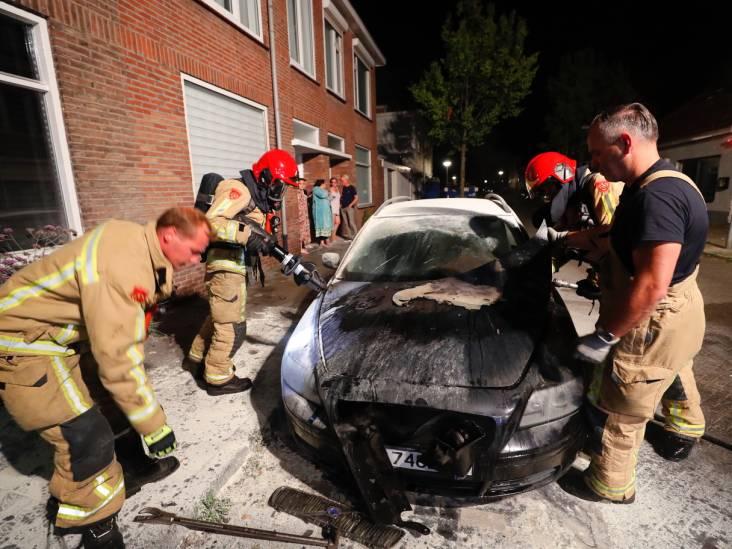 Auto vliegt in brand, politie zoekt naar mogelijke brandstichter